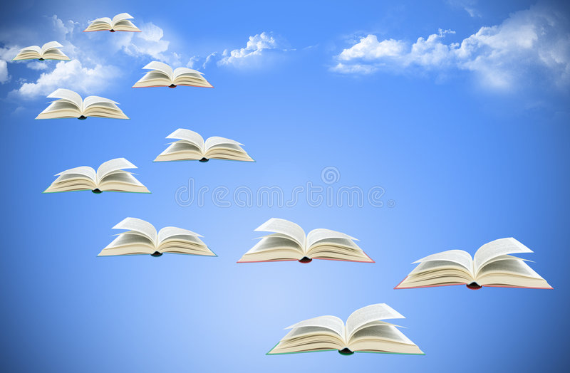 Livros de vôo no céu imagem de stock