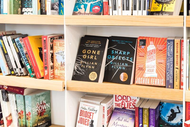 Livros do bestseller para a venda na prateleira da biblioteca fotos de stock