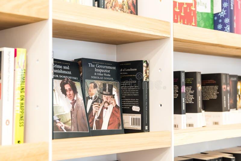 Livros do bestseller para a venda na prateleira da biblioteca foto de stock