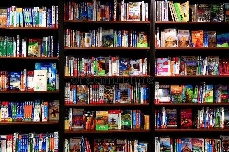 Livros do curso em prateleiras da livraria fotos de stock