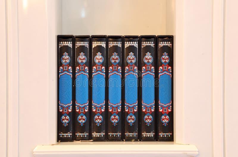 Livros do Quran em uma mesquita foto de stock