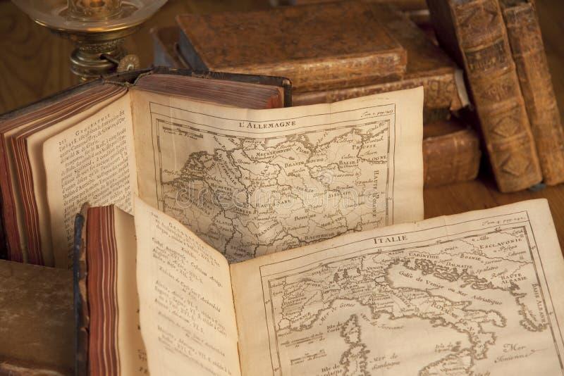 Livros do vintage com mapas velhos foto de stock