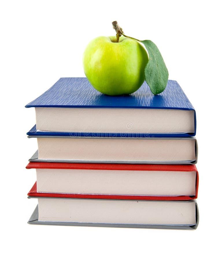 Livros e Apple fotografia de stock