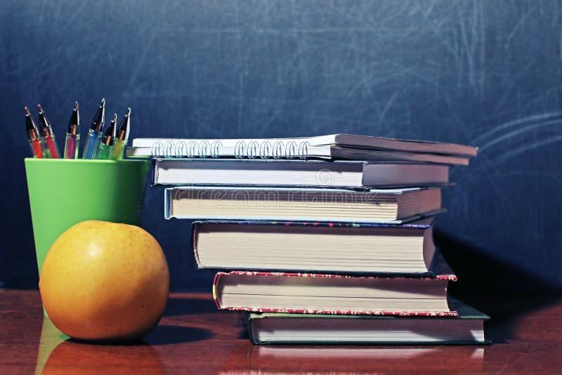 Livros e Apple de escola imagens de stock