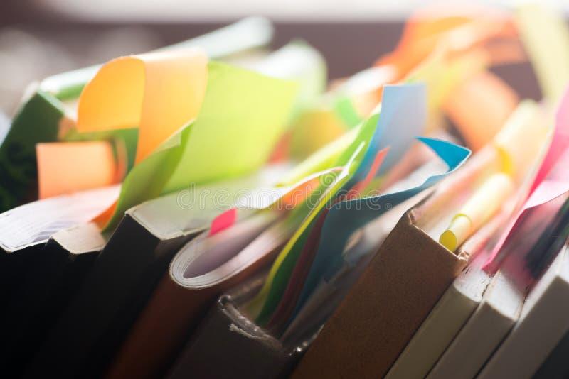 Livros e cadernos com etiquetas coloridos imagens de stock royalty free