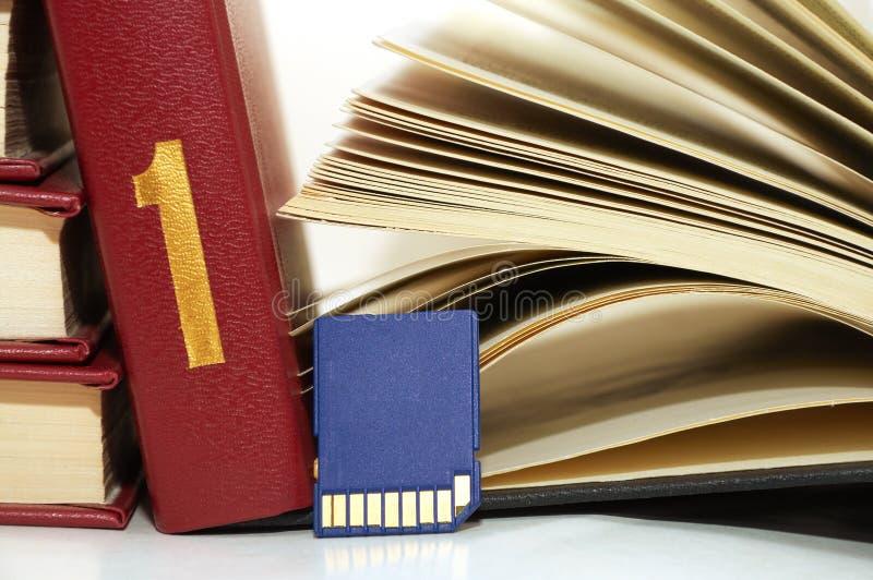 Livros e cartão do sd imagem de stock