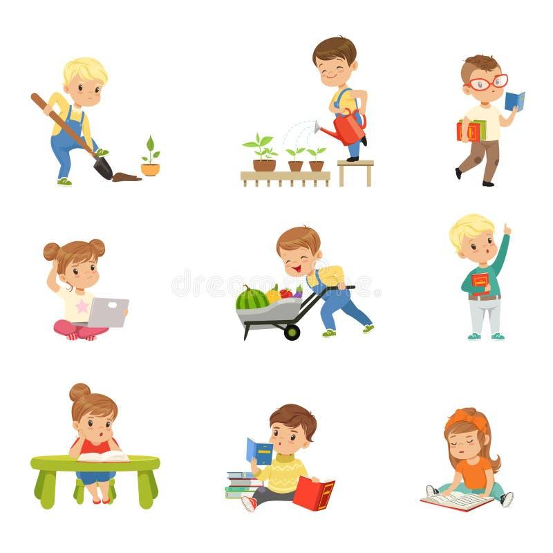 Livros e funcionamento de leitura adoráveis das crianças no grupo do jardim, nas crianças prées-escolar bonitos aprendendo, estud ilustração royalty free