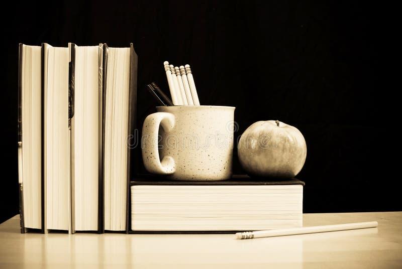 Livros e lápis de escola imagens de stock royalty free