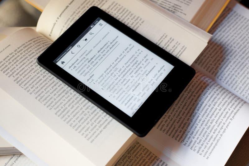 Livros e leitor do ebook imagem de stock royalty free