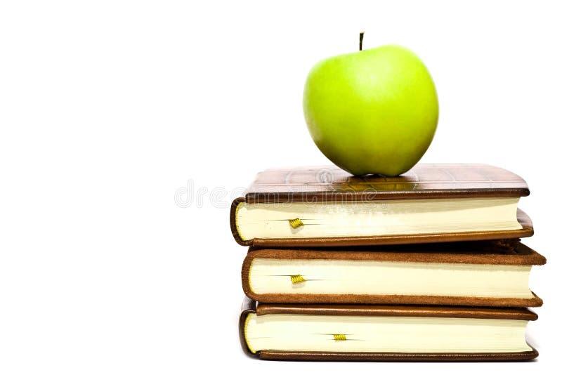 Livros e maçã verde imagem de stock royalty free