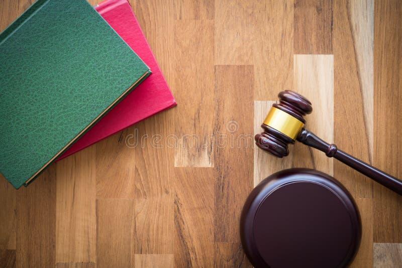 Livros e martelo de madeira dos juizes na tabela de madeira com espaço da cópia - imagens de stock