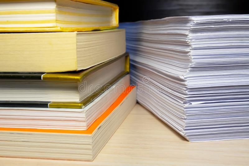 Livros e papéis na tabela fotos de stock