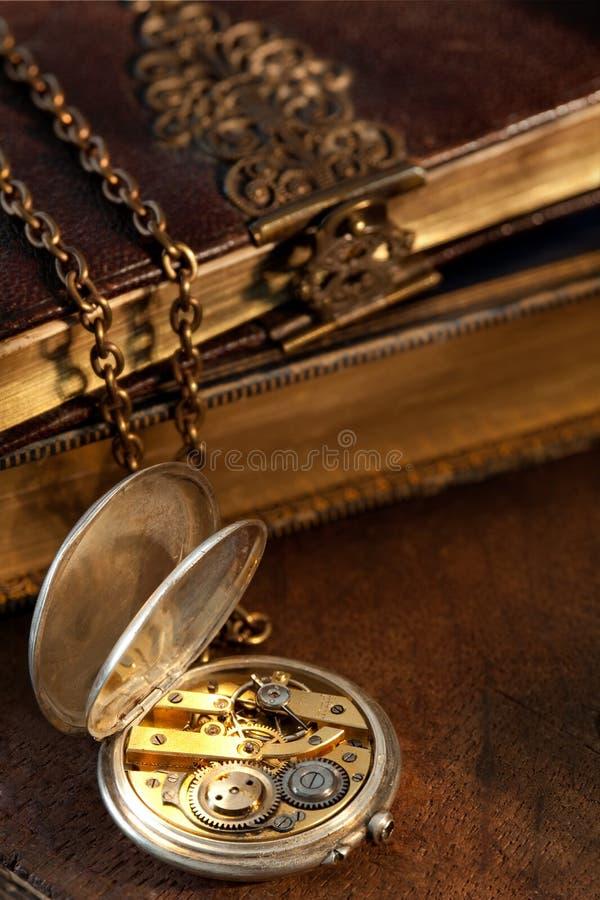 Livros e relógio de bolso antigo fotos de stock
