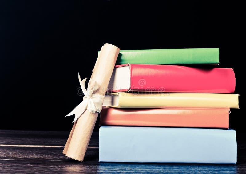 Livros e rolo da graduação fotos de stock