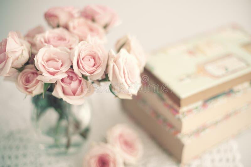 Livros e rosas do vintage imagem de stock