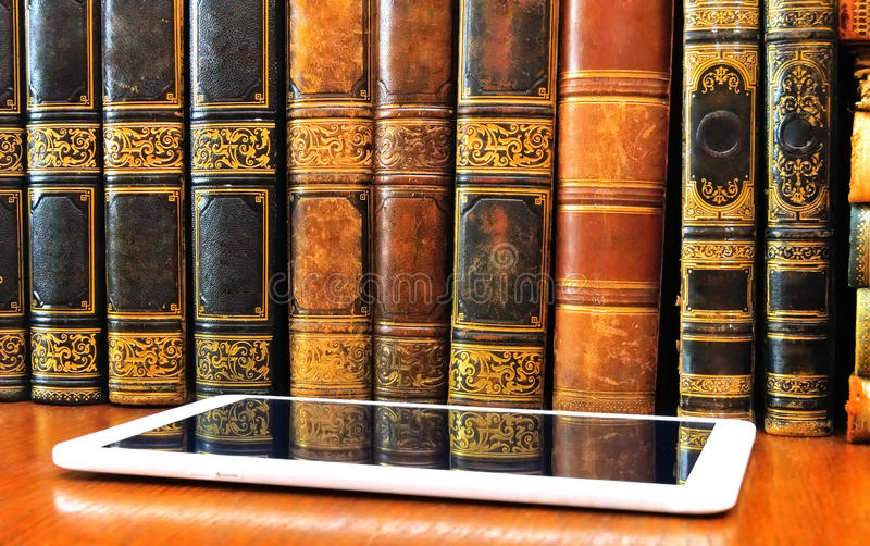 Livros e tabuleta antigos na tabela imagem de stock royalty free