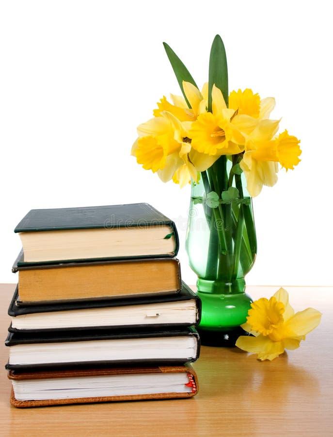 Livros e um ramalhete dos daffodils imagens de stock royalty free