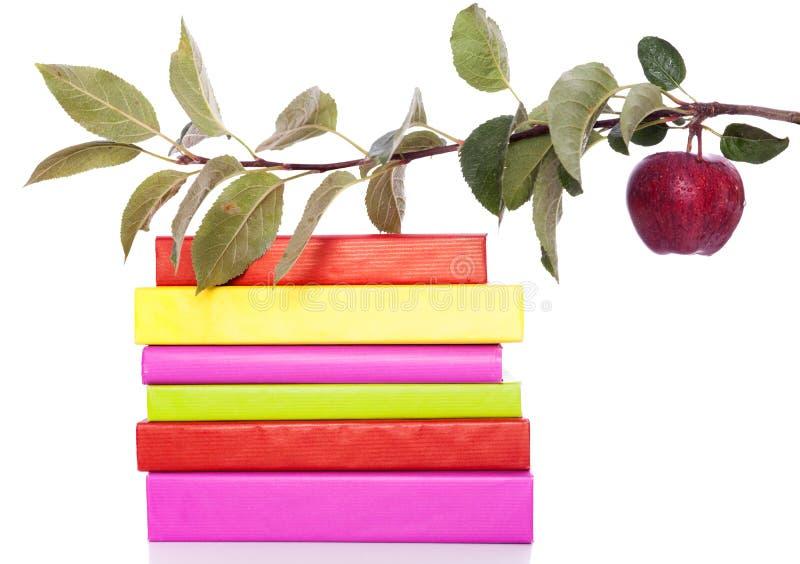Livros e uma maçã fresca fotografia de stock