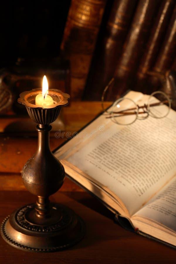 Livros e vela foto de stock royalty free