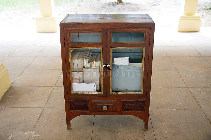 Livros em prateleiras de madeira fotos de stock