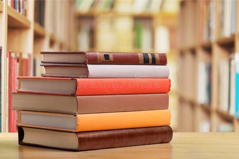 Livros empilhados na mesa na biblioteca fotografia de stock