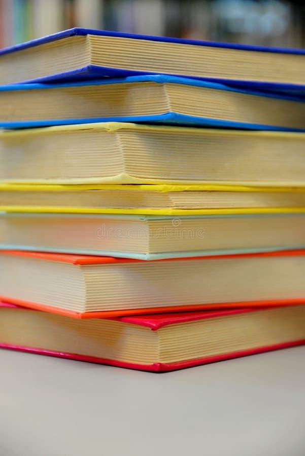 Livros empilhados Pilha de livros Feche acima dos livros na biblioteca imagens de stock royalty free