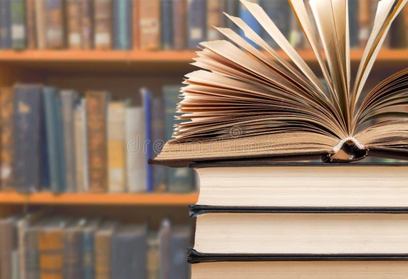 Livros empilhados velhos no fundo borrado fotos de stock