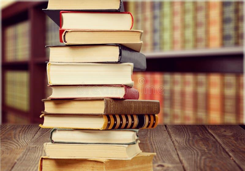 Livros empilhados velhos no fundo borrado fotos de stock royalty free