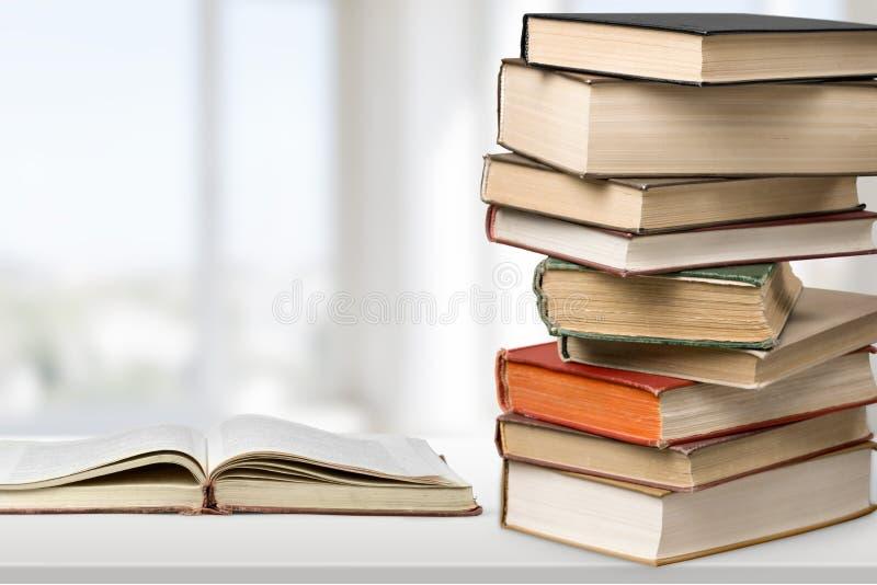 Livros empilhados velhos no fundo claro imagem de stock