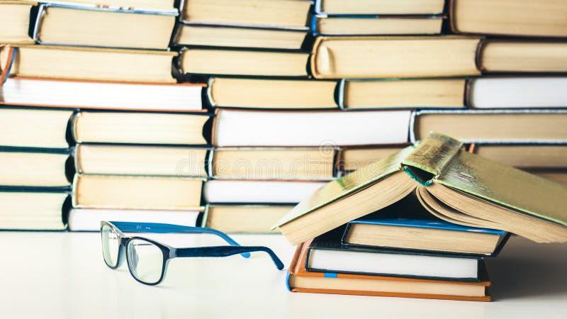 Livros fundo, livro aberto e vidros na tabela de madeira branca no fundo do negócio do escritório para a educação que aprende o c fotografia de stock royalty free