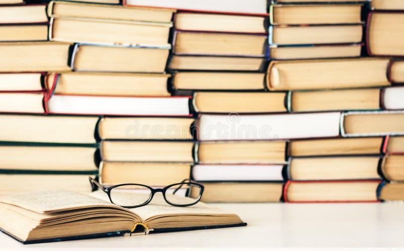 Livros fundo, livro aberto e vidros na tabela de madeira branca no fundo do neg?cio do escrit?rio para a educa??o que aprende o c fotografia de stock royalty free