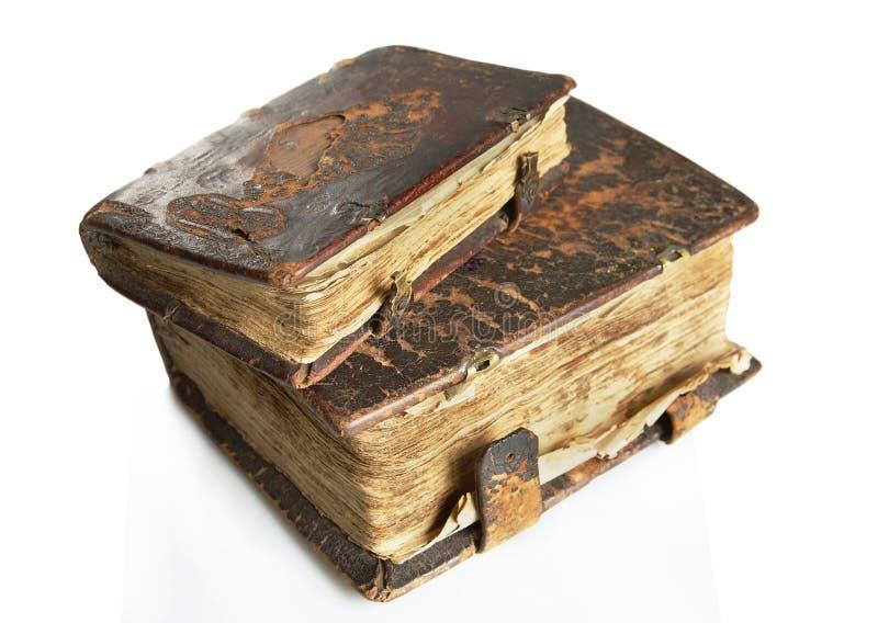 Livros gastos antigos com tampa de couro fotografia de stock royalty free