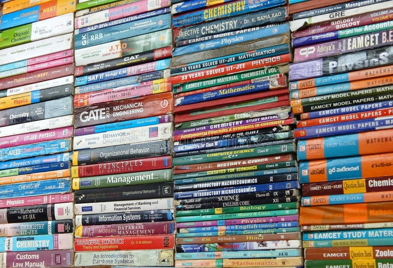 Livros indianos da segunda mão da venda do vendedor de rua fotos de stock royalty free