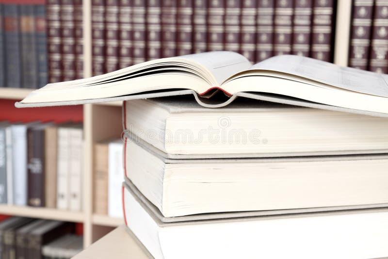 Livros na biblioteca imagem de stock royalty free