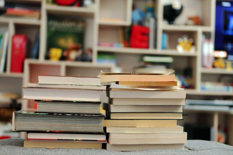 Livros na biblioteca imagens de stock royalty free
