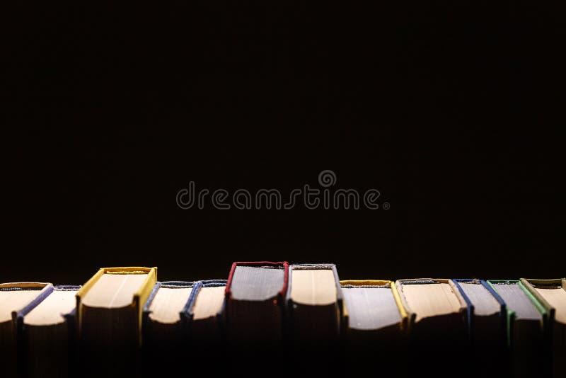 Livros na biblioteca no fundo preto com Cópia-espaço Conceito da educação e do conhecimento foto de stock royalty free