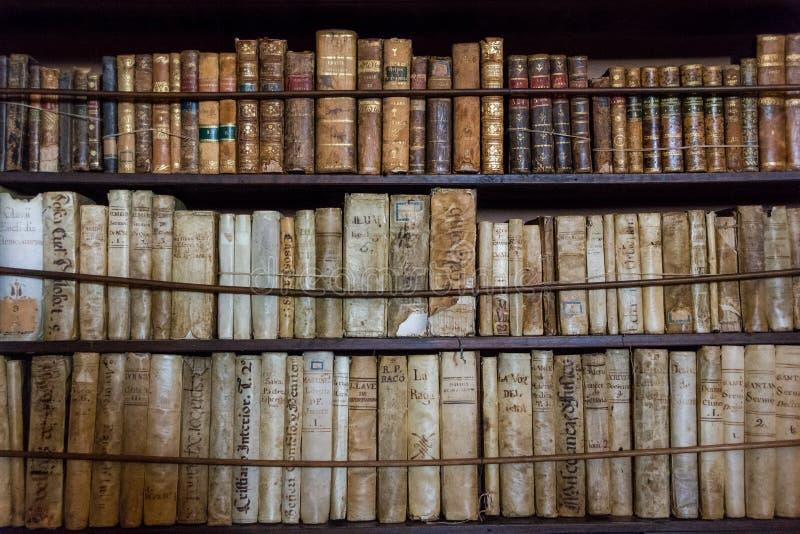 Livros na biblioteca no monastério velho Valldemossa Charterhouse na sala de Frederic Chopin e de George Sand imagens de stock