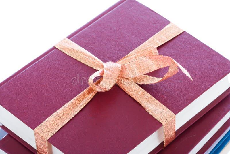 Livros na embalagem do presente isolada em um branco fotografia de stock royalty free