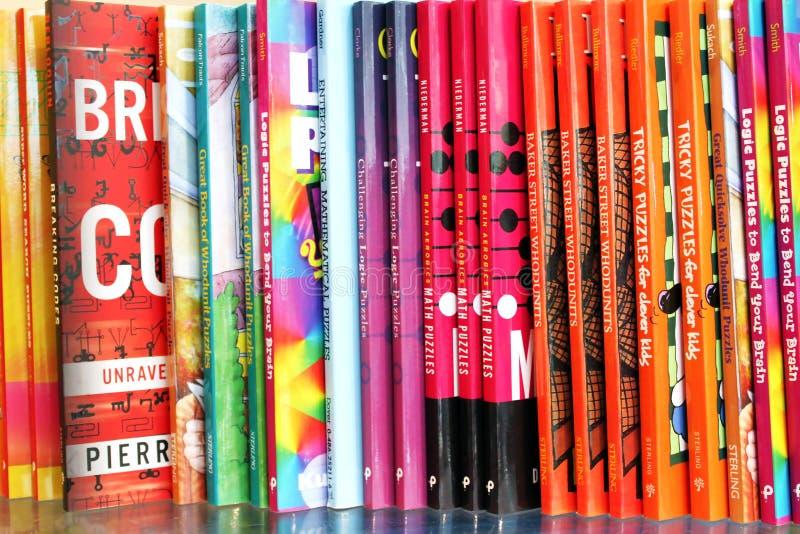 Livros na exposição em uma livraria foto de stock