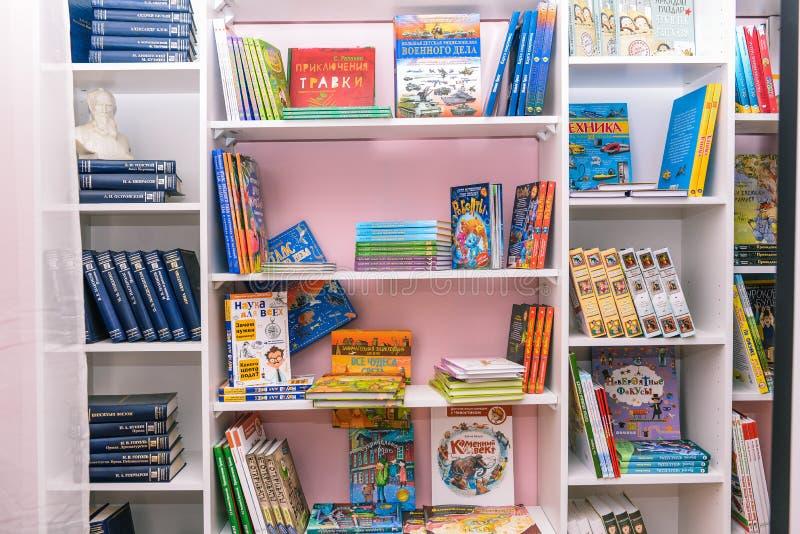 Livros na prateleira Imagem borrada das estantes Turma escolar com livros A instituição educativa, biblioteca, livraria fotografia de stock royalty free