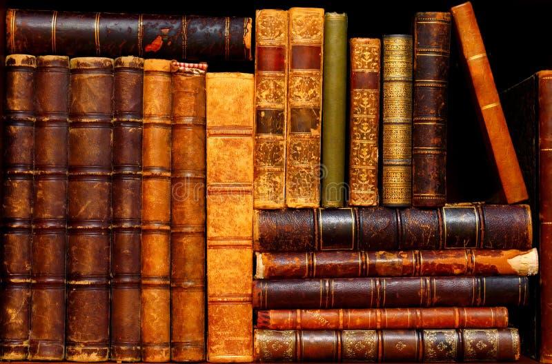 Livros na prateleira no armário antigo imagens de stock