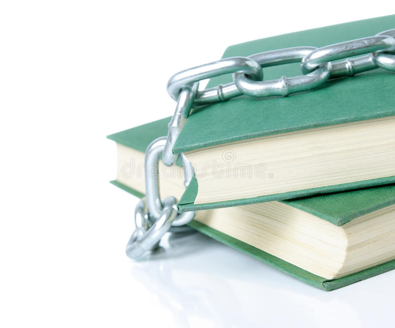 Livros nas correntes imagens de stock royalty free