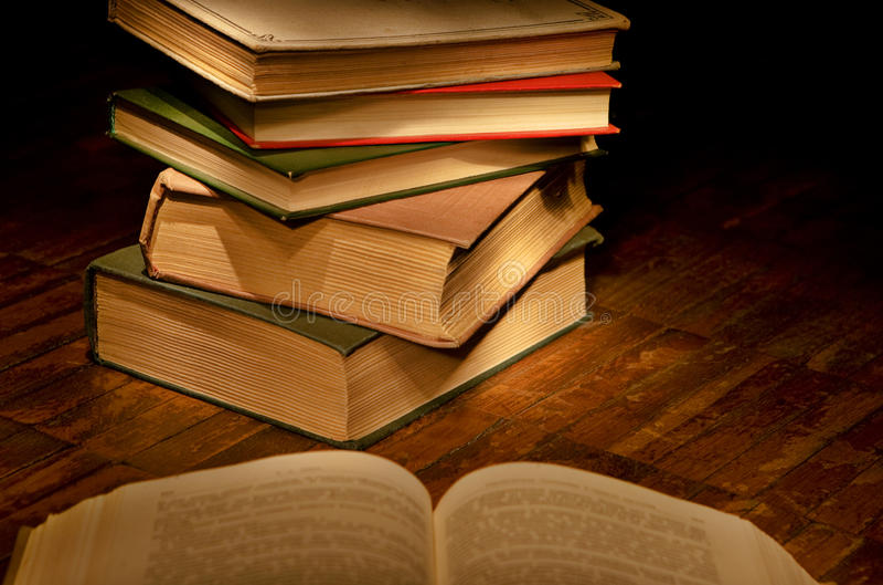 Livros para a leitura da noite imagem de stock