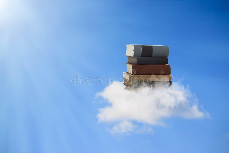Livros que flutuam em uma nuvem imagens de stock