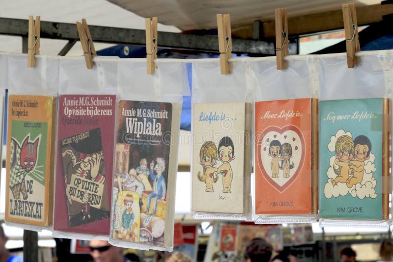 Livros que penduram no mercado foto de stock