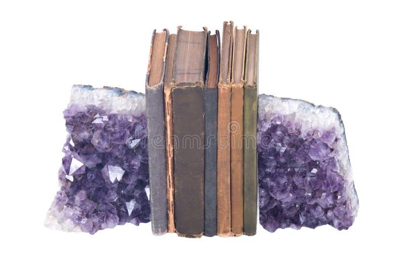 Livros roxos da ametista e do vintage de pedra preciosa de quartzo ilustração royalty free