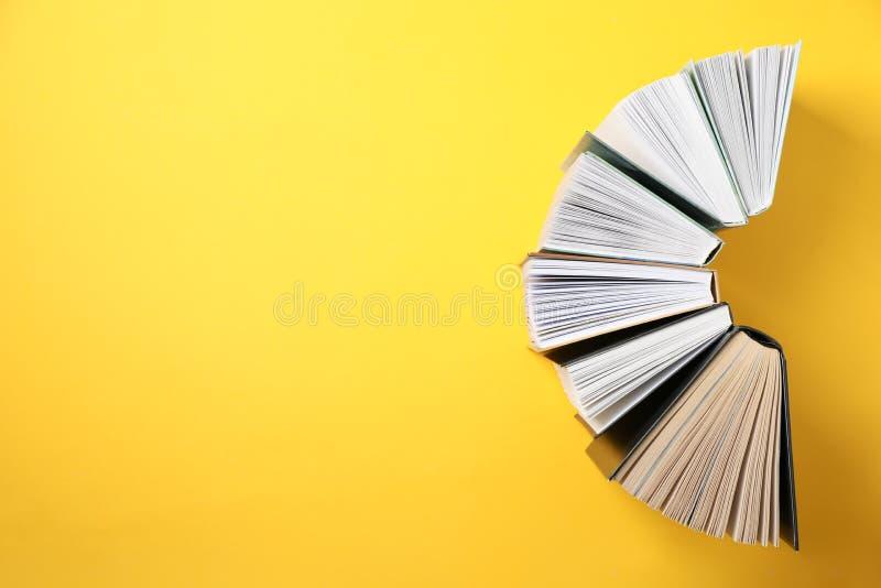 Livros sobre fundo amarelo, vista superior imagem de stock