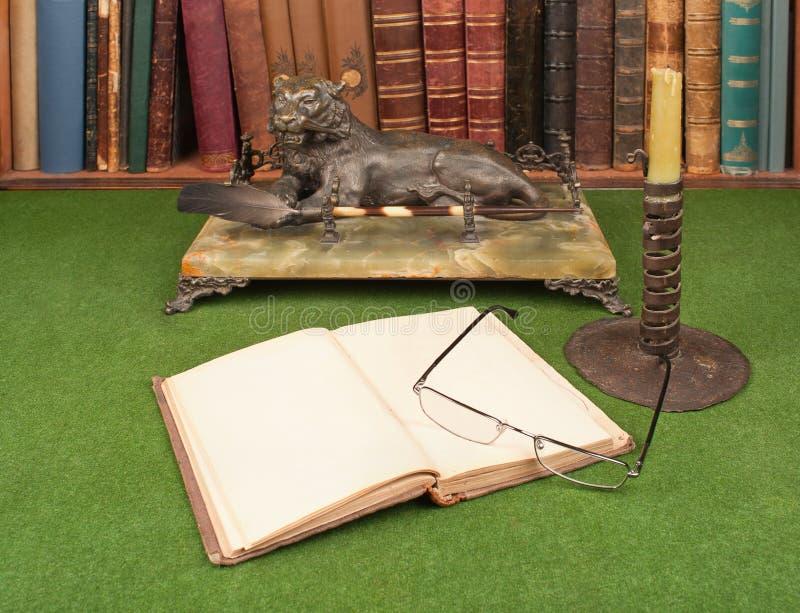 Livros, tinteiro e vidros de leitura de couro antigos imagem de stock