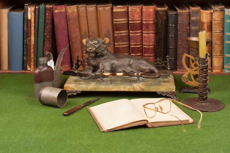 Livros, tinteiro e vidros de leitura de couro antigos foto de stock royalty free