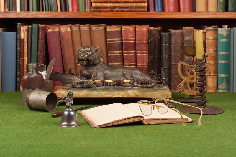 Livros, tinteiro e vidros de leitura de couro antigos fotografia de stock